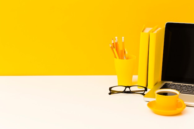 Laptop en boeken kopiëren ruimte