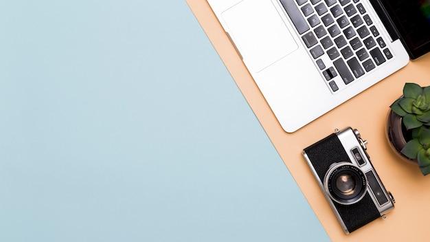 Laptop en camera op kleurrijke achtergrond