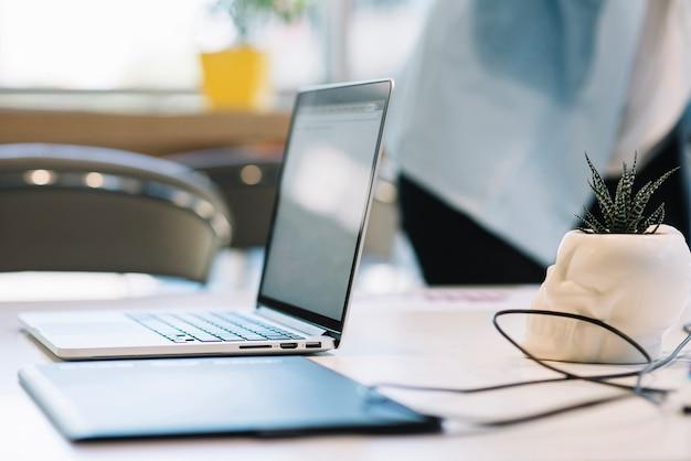 Laptop en grafisch tablet op bureau