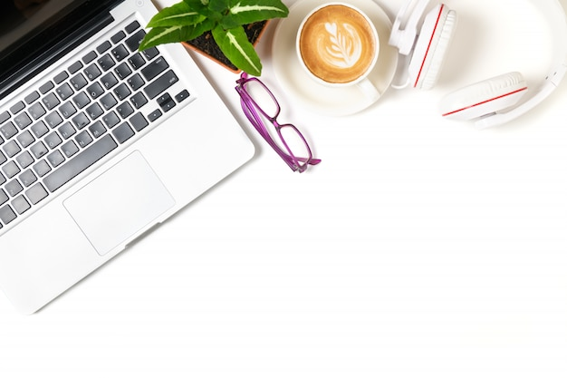 Laptop en hoofdtelefoon met hete koffie latte art geïsoleerd op een witte achtergrond,