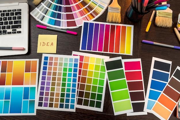 Laptop en kleurenpalet penseel en handschoenen