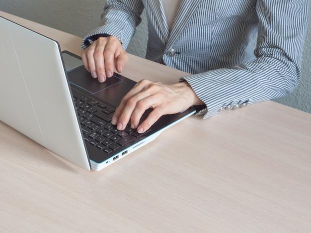 Laptop en meisje studeren op afstand. online taak op afstand. meisje met laptopcomputer