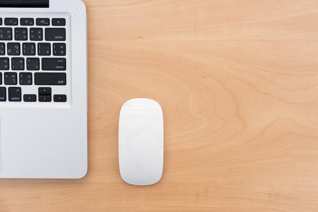 Laptop en muis van bovenaanzicht