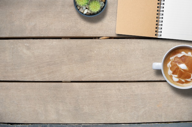 Laptop en slimme telefoon op houten, kopiëren ruimte, hoogste meningsachtergrond