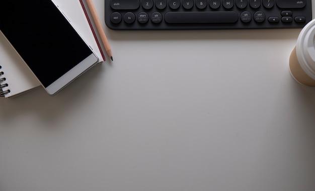 Laptop en smartphone in de buurt van de koffiekop op tafel