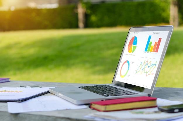 Laptop en zakelijke documenten
