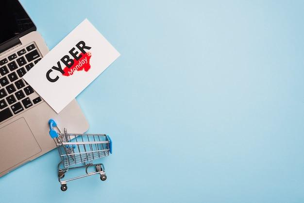 Laptop in de buurt van tag met cyber monday-titel