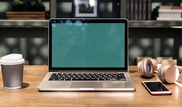 Laptop in een coworking-ruimte