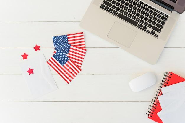 Laptop met amerikaanse vlaggen op gestreepte oppervlak