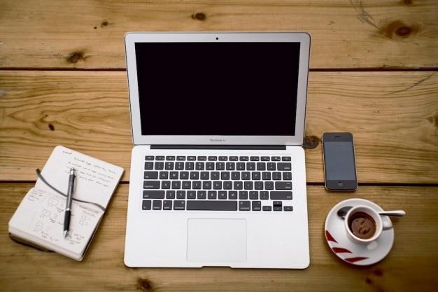 Laptop met een kopje koffie, bekijken van boven