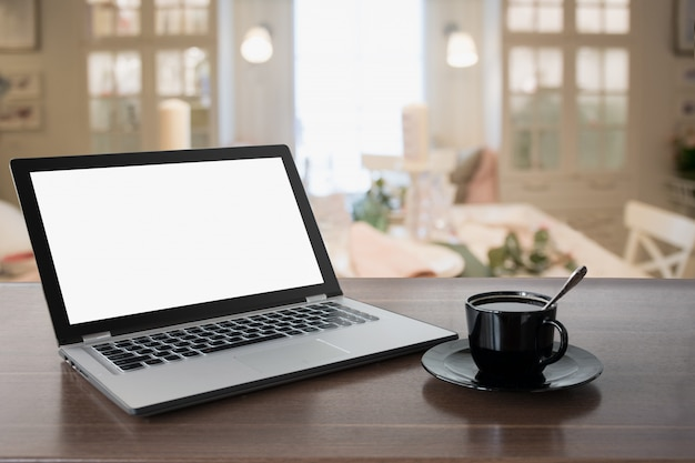 Laptop met een leeg scherm en koffie op tafelblad