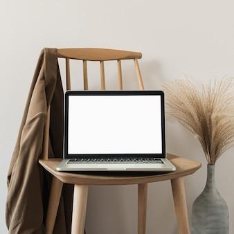 Laptop met het lege mockupscherm van de exemplaarruimte.