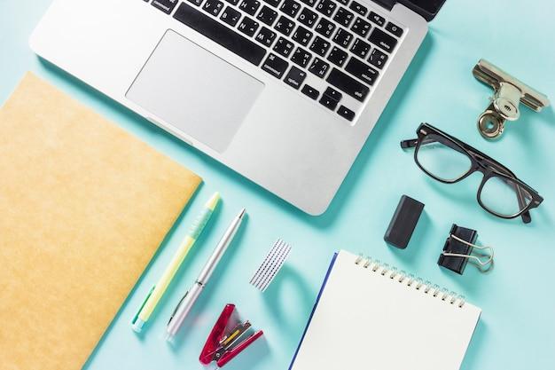 Laptop met kantooraccessoires op tafel
