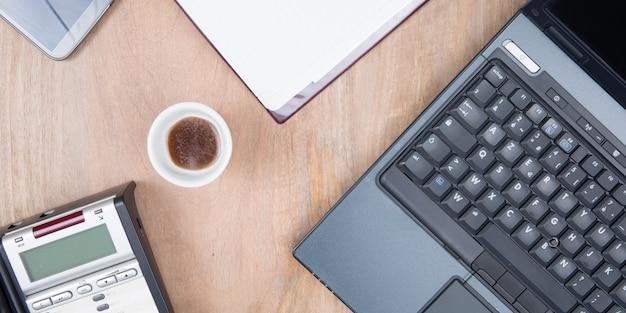 Laptop met koffiekopje thuiskantoor bovenaanzicht