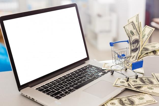 Laptop met leeg scherm, interieur of kantoor