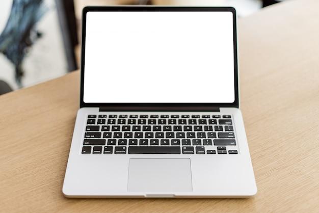 Laptop met leeg scherm op houten tafel en wazige achtergrond