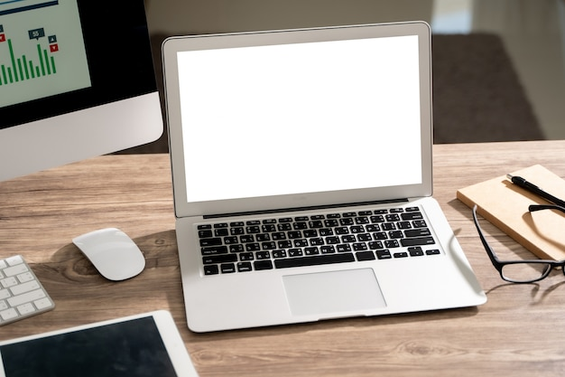 Laptop met leeg scherm op tafel. werkruimte achtergrond nieuw project op laptopcomputer met lege kopie ruimte scherm voor uw reclame sms-bericht