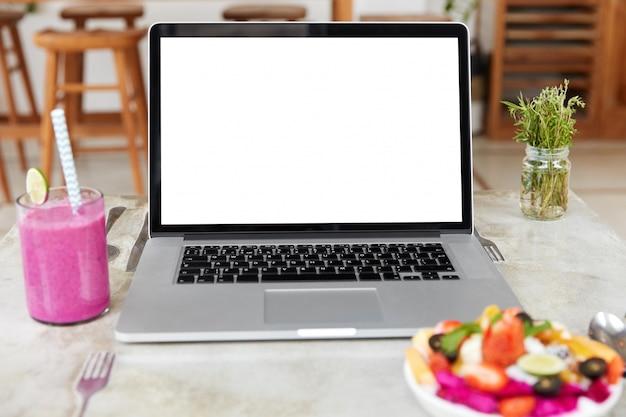Laptop met leeg wit scherm op tafel