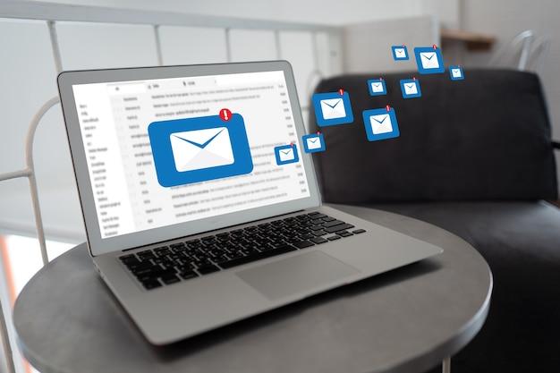 Laptop met mails op een café