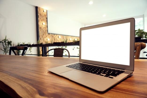 Laptop met mock up leeg scherm op houten tafel voor koffiezetruimte cafe ruimte voor tekst. product display montage-technologie concept
