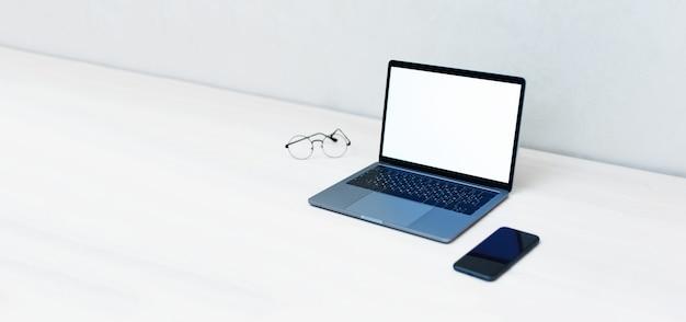 Laptop met mockup, leeg scherm