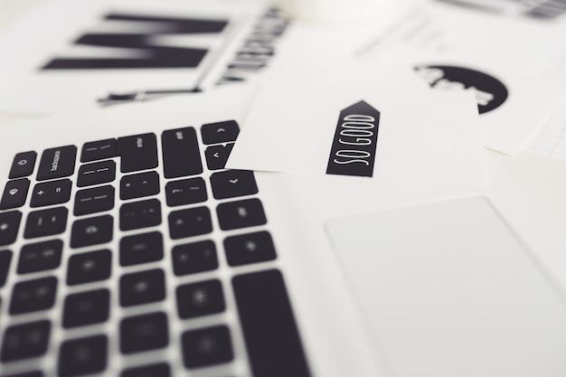 Laptop met papieren op