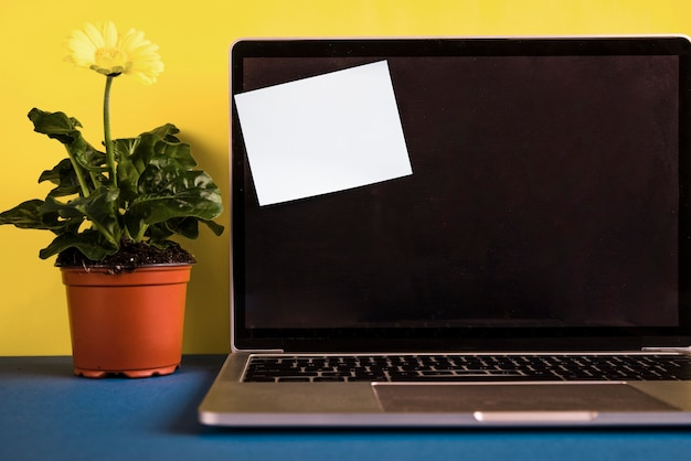 Laptop met post-it note op geopende deksel