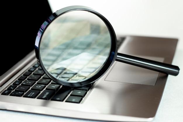 Laptop met vergrootglas