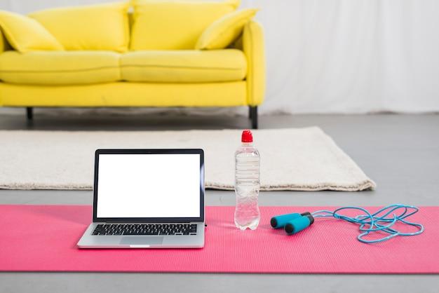 Laptop naast water en springtouw