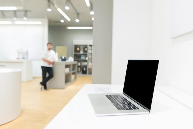 Laptop op de achtergrond van een heldere moderne elektronica winkel