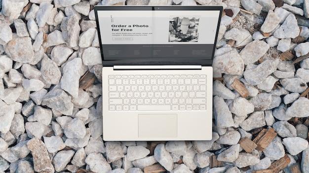 Laptop op de rotsen