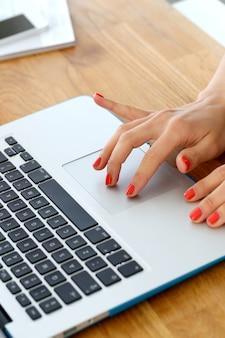 Laptop op de tafel