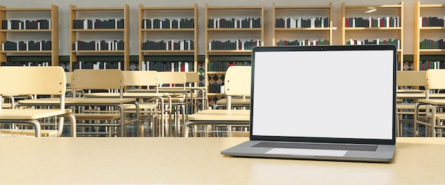 Laptop op docententafel met bureaus in het blad en planken met boeken