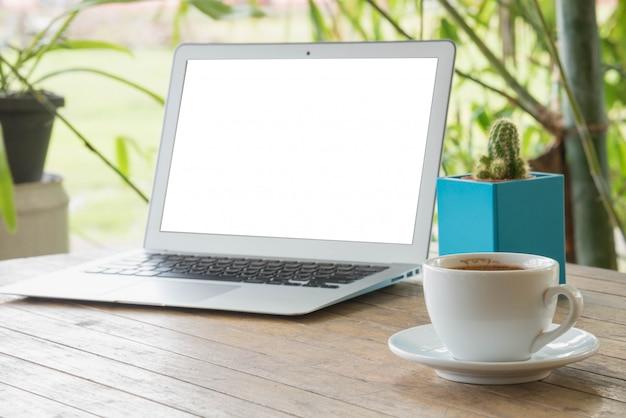 Laptop op een houten tafel buitenshuis