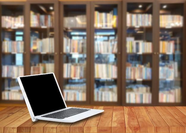 Laptop op een houten vloer in de bibliotheek