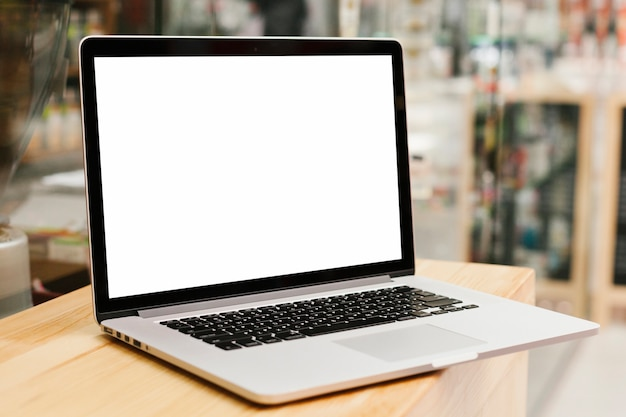 Laptop op houten oppervlak mockup