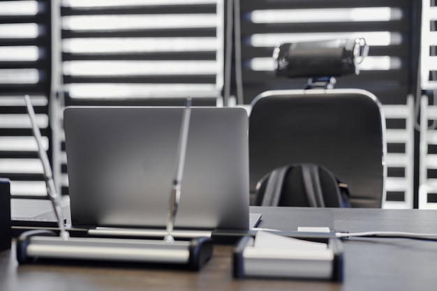 Laptop op kantoor werkplek. zakelijke werkplek voor chef, baas of andere werknemers. notebook op werktafel.