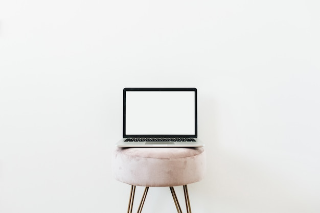 Laptop op kruk. kopieer ruimte mockup sjabloon op wit