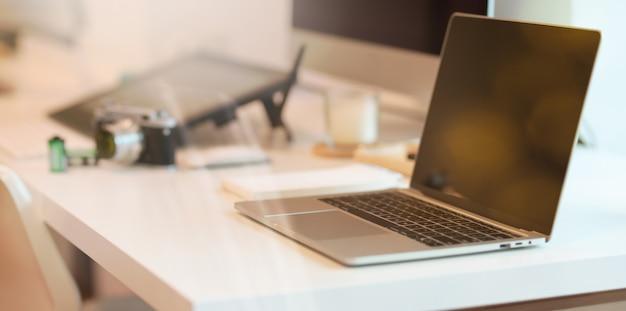 Laptop op moderne witte tafel