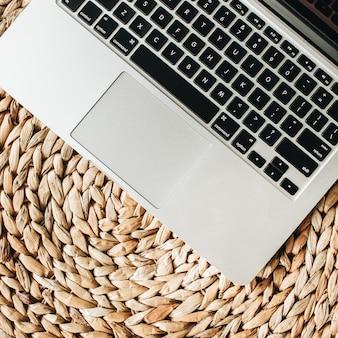 Laptop op stro. plat lag, bovenaanzicht minimale werkruimte voor thuiskantoor.