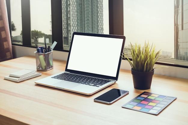 Laptop op tafel op kantoor kamer achtergrond, voor grafische weergave montage.