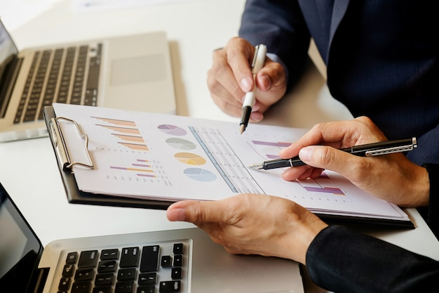 Laptop papierwerk resultaten close-up zakenvrouw boekhouding