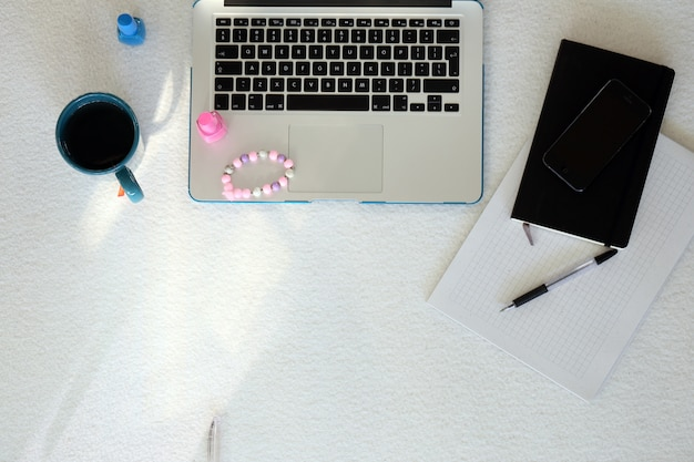Laptop, smartphone, mok en nagellak