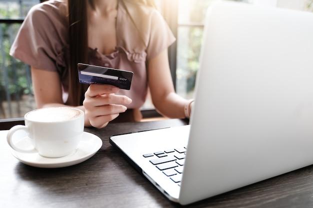 Laptop spatie voor model elektronische handelconcept met het betalen van geld