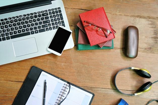 Laptop telefoonboek op houten tafel