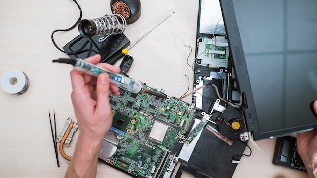 Laptop upgrade-technologie. computerherstel. verbeterde prestatie. meer geheugen, processor, hdd harde schijf concept