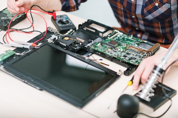 Laptop-upgrade. verbeterde prestatie. meer geheugen, processor, hdd harde schijf concept