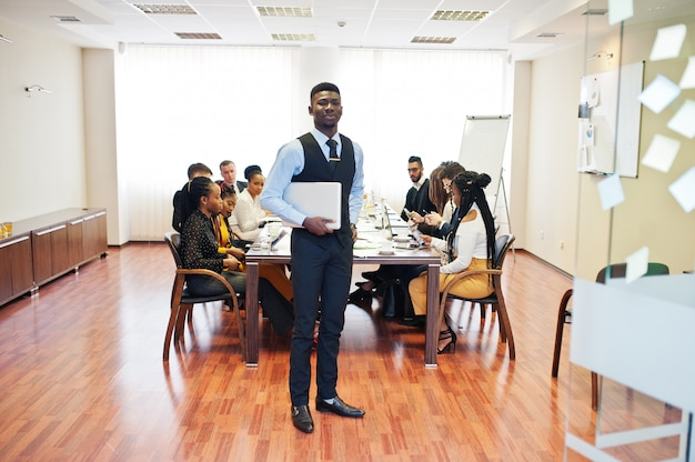 Laptop van de bedrijfsmensenholding op de vergadering