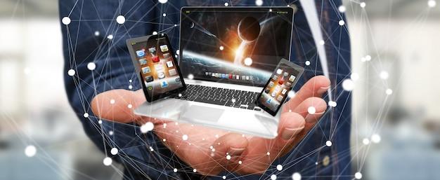 Laptop van de zakenmanholding telefoon en tablet in zijn hand het 3d teruggeven