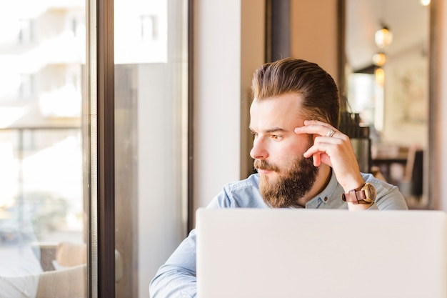 Laptop voor jonge man zit in caf�